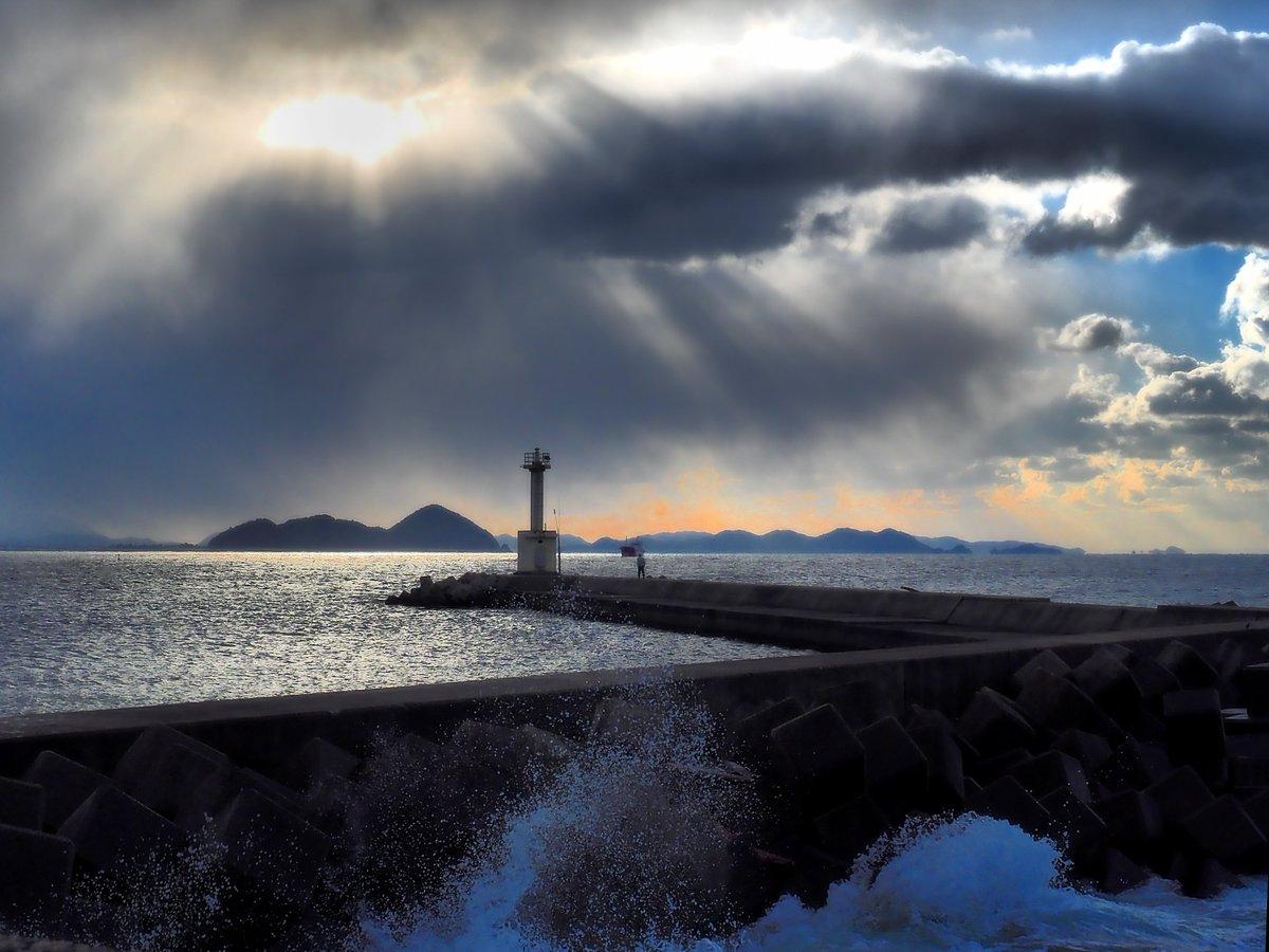 マイベストフォト2017、「海」カテゴリーのベスト 3 は、この3枚。・1月、光市島田の冬の海。・5月、穏やかな虹ヶ浜。・12月、凪いだ室積の海。光市の海岸線は、年間通して、足を運びたくなる、素敵な風景が広がってます。 https://t.co/zGnEIWpZQ9