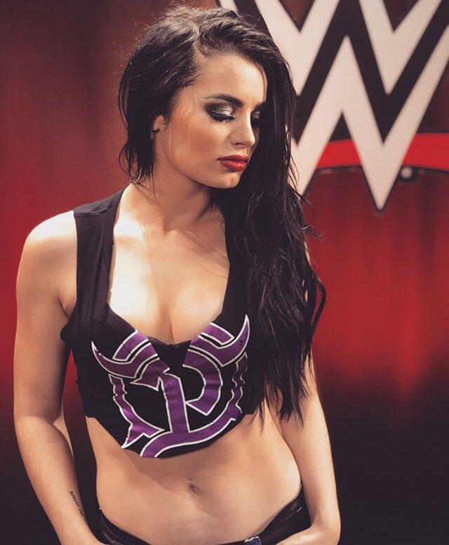 Paige. #RAW #RAWCL https://t.co/goozlg1W...