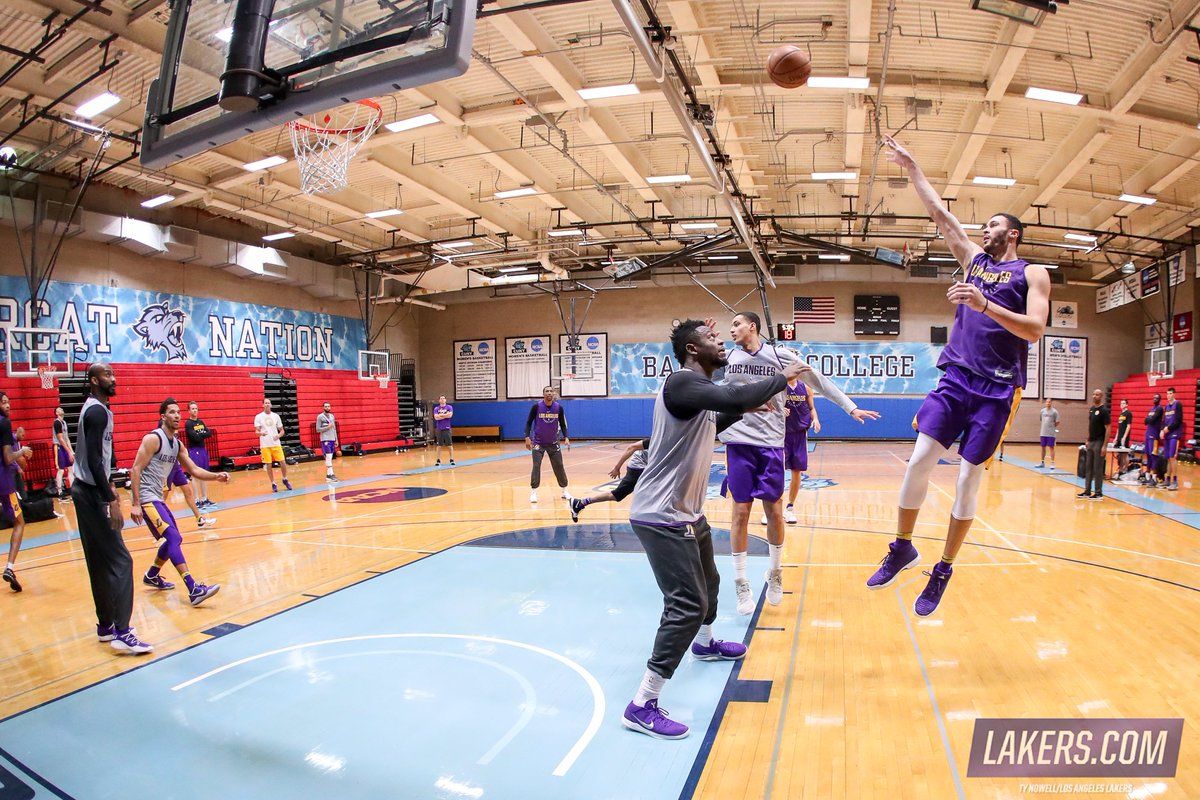 RT @Lakers: 📸 Take an inside look at today's practice in NYC: https://t.co/iDQsu4z15a https://t.co/g1pcb6jOOe
