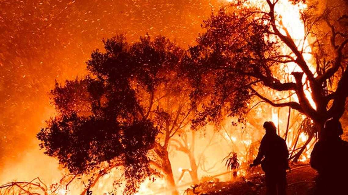 Crece incendio en California y desplaza a celebridades https://t.co/Fg9BfDX2TZ