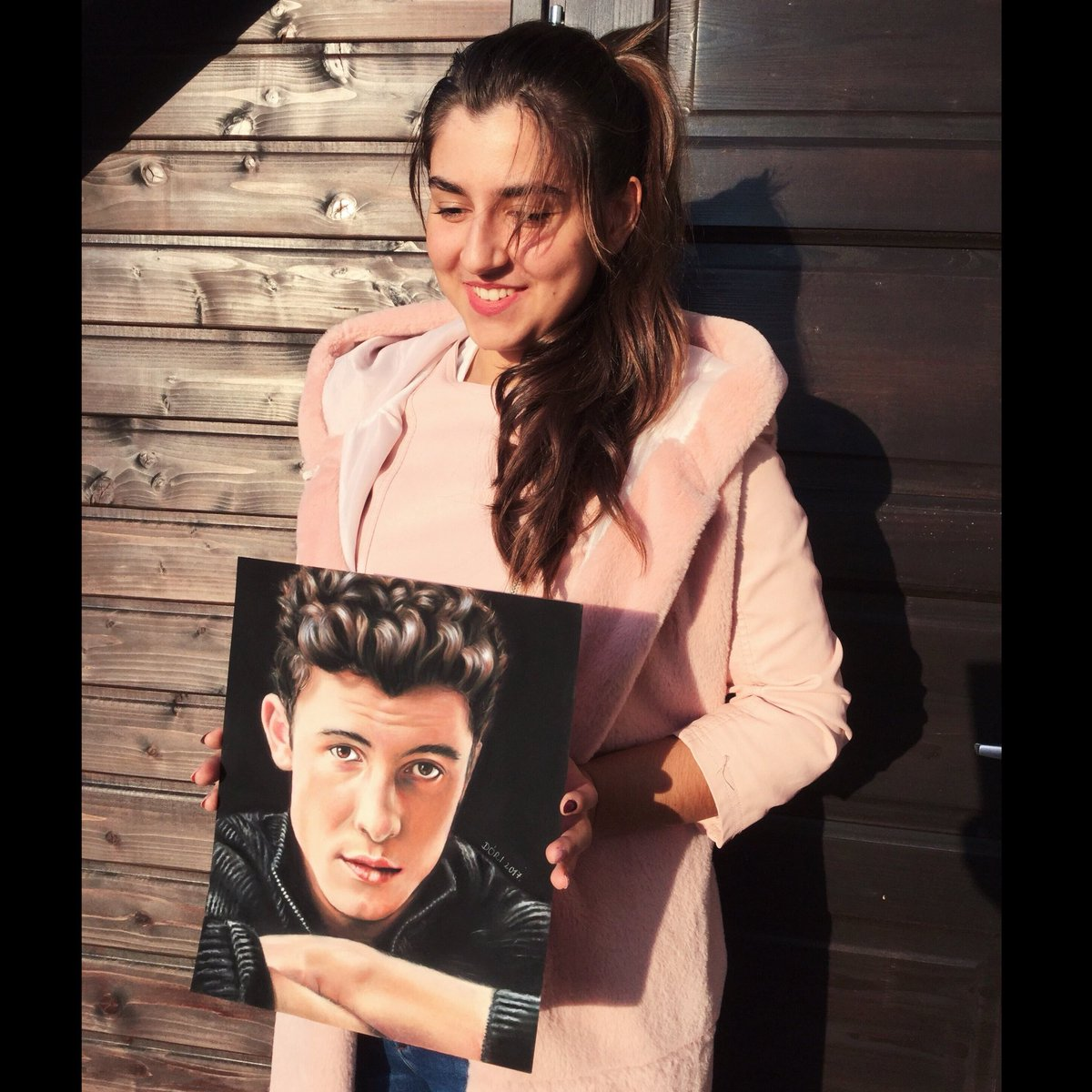 Me with my drawing❤️ @ShawnMendes https:...