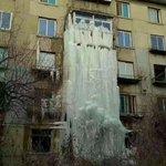 吉林省の無人アパート部屋の水道が漏水した結果?一夜にして芸術的な「氷瀑」が出現!