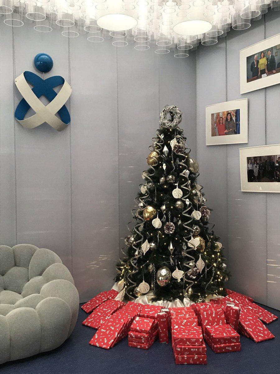 """Así de bonito luce nuestro árbol, a la espera de que los participantes de la """"III Edición del Concurso de felicitaciones navideñas"""" vengan a recoger su regalito. 🎄🎁"""