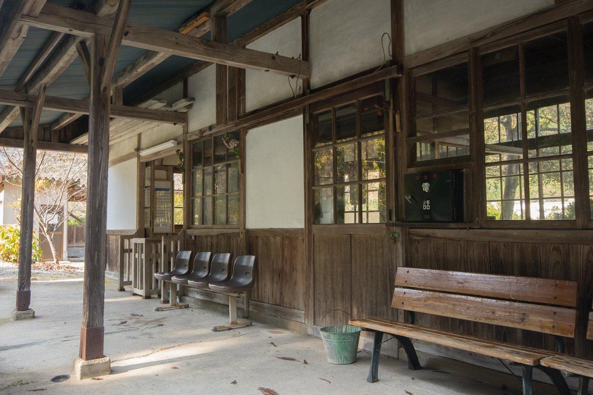 久しぶりに感動した駅、因美線知和駅。あまりにも渋い、渋すぎる。こんなん確実に昭和のベッタベタな青春ラブストーリーに使われる奴じゃないですか。