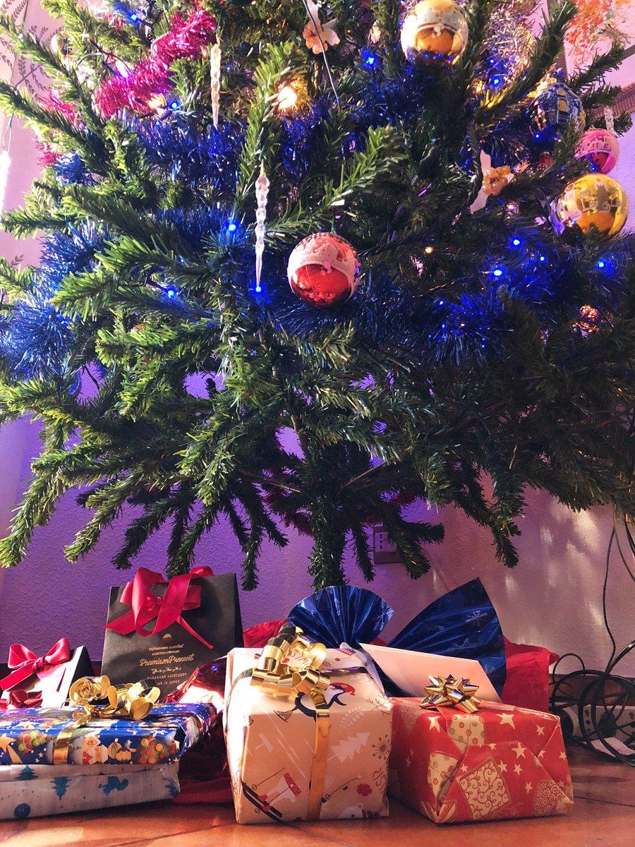 母✔︎ 父✔︎ いとこ✔︎ おじちゃん✔︎ クリスマスツリー✔︎ プレゼント✔︎ 暖かい気持ち✔︎  クリスマスエヴァ準備終了!  💁🏼♀️🎁 🎁 👨👩👧 🎄 👨👦 🎁 ❤️