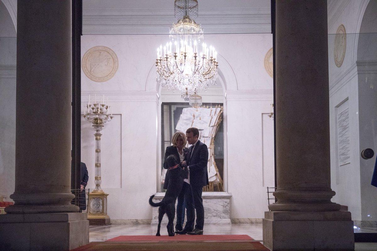 Nous souhaitons un joyeux Noël et de belles fêtes de fin d'année à tous nos concitoyens. Brigitte et Emmanuel Macron