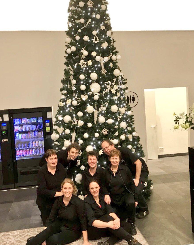 Wij wensen iedereen warme Kerstdagen toe en een goed en gezond begin van 2018! Op de foto een deel van ons PartyTeam afgelopen week op een #Kerstborrel op locatie