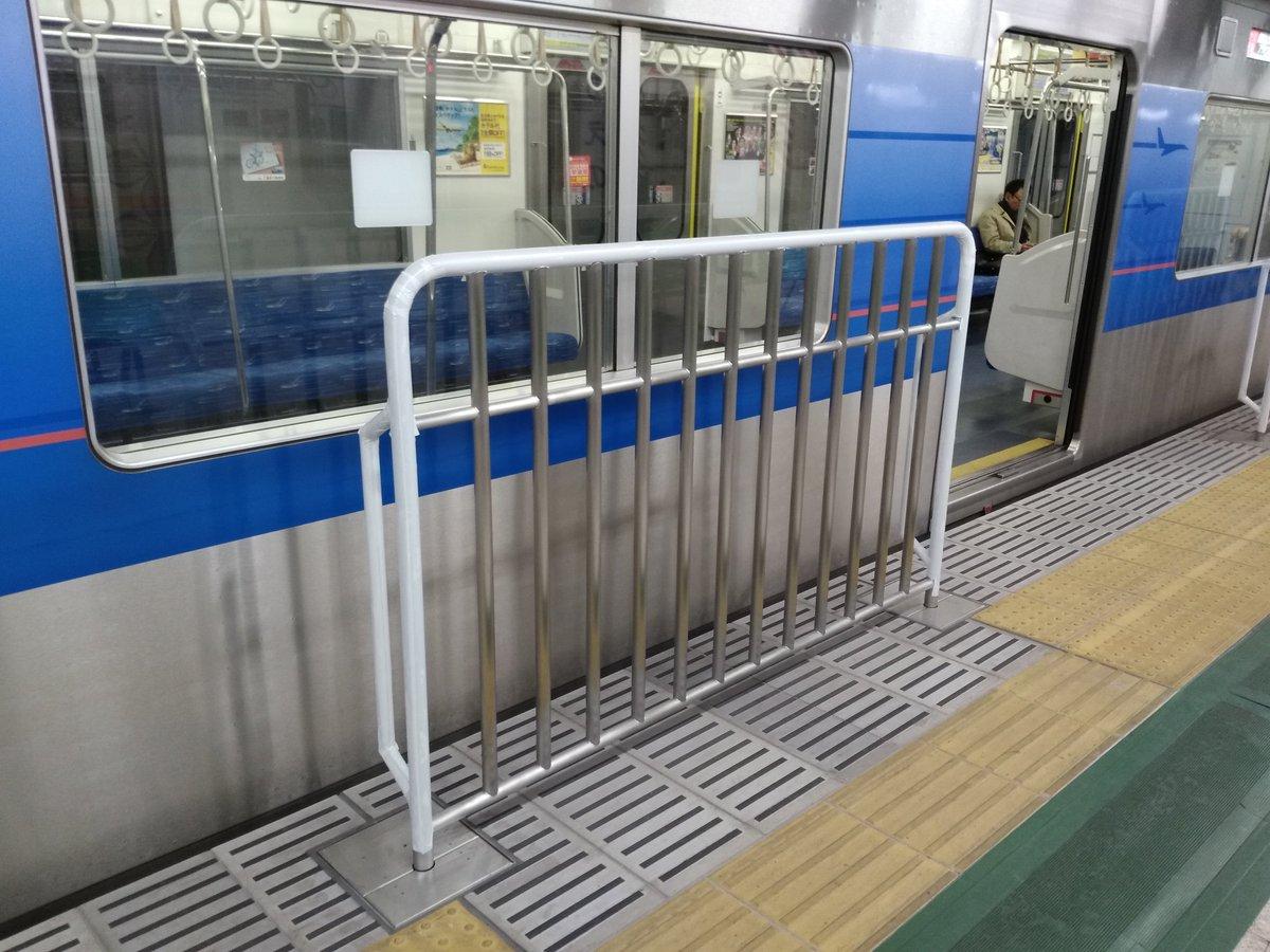 """「やばいやばい」と一部で話題だった京成上野のホーム柵,確かに旅客設備として""""やばい""""代物でございました。掲示はなくとも良い子は触ってはいけませんという感じ。ビリビリ。びりびり。"""