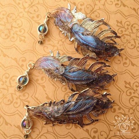 堕ちた天使ルシファーの羽を用いた羽飾り。 深い夜天を映した様な羽には、天界と冥界を行き来する力が有るとも。  【青い鳥森林研究所】堕天使ルシファーの羽飾り