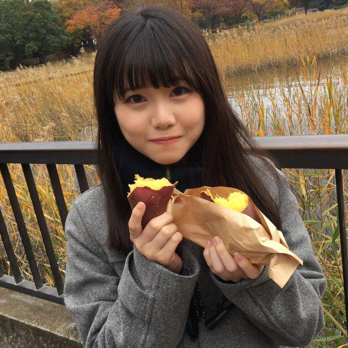 焼き芋を食べている伊藤理ヶ杏