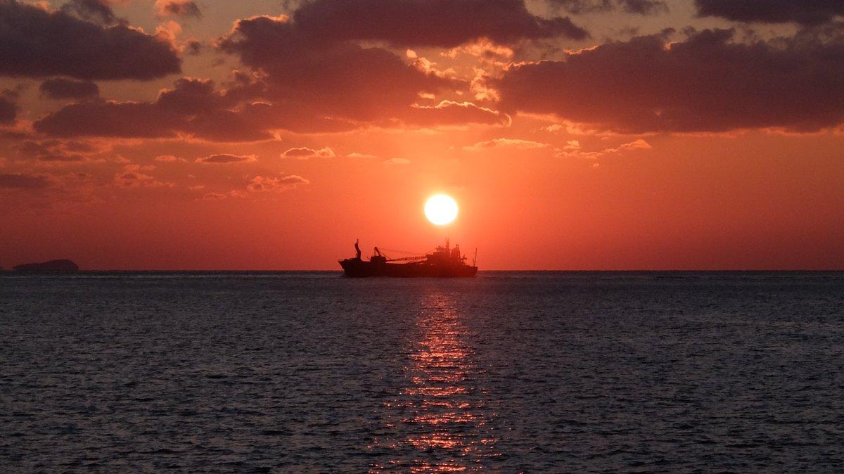 梅津寺駅の砂浜から撮影しました。瀬戸内海に沈む夕日は、いつ見ても素晴らしいものです。松山で生まれ育ってよかったと、心から思う瞬間のひとつです。