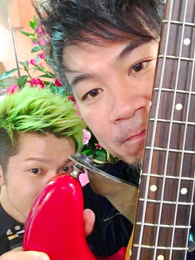後ろ暗くてわからなかったと思いますが、偶然森男さんのベースと僕の髪でクリスマスカラー。 この後また映るかもです! #CDTV #クリスマス音楽祭