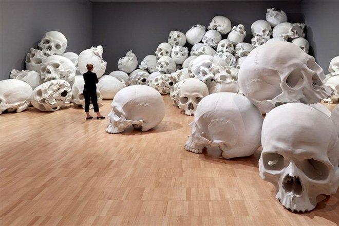 彫刻家「ロン・ミュエク」による100体の巨大頭蓋骨が積まれた展示に注目