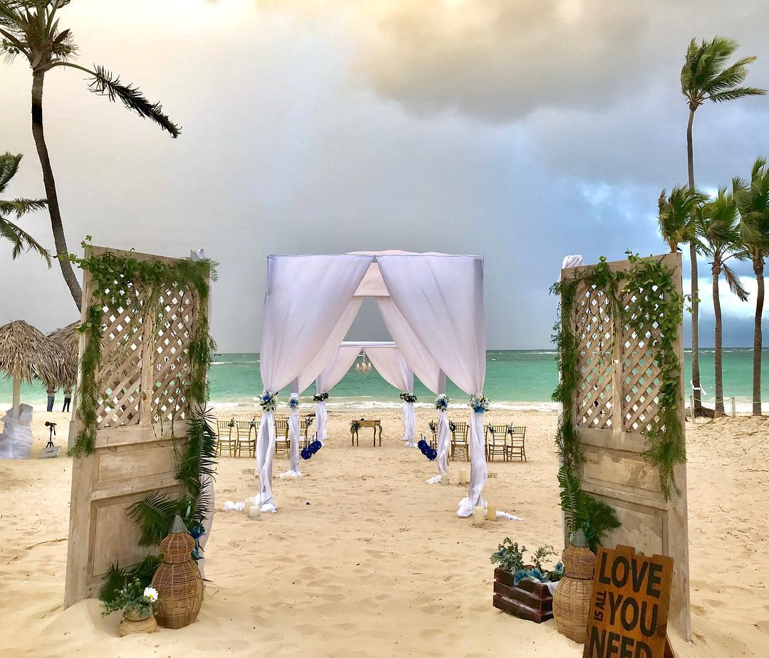 Thinking #destinationweddng? It all starts this #holiday  Start Planning this #Christmas  #LuxuryTravel #wedding #bride Something for every budget  @1DestinationWed  #MerryChristmas
