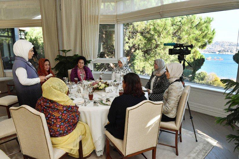 Emine Erdoğan, İİT Zirvesi Vesilesiyle İstanbul'da Bulunan Lider Eşleriyle Bir Araya Geldi https://t.co/MhjzbLJzQ2 https://t.co/ruiOZUNcNZ