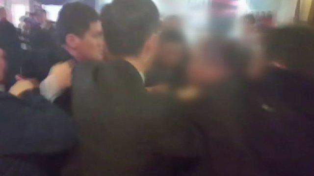 [JTBC 뉴스룸] 중국 경호원, 한국 기자 폭행 https://t.co/yv70PwzMMt 문 대통령 취재하던 한국 사진기자들이 중국 측 경호원들에게 집단 구타당해. 폭행 말리던 청와대 관계자들까지 거칠게 밀쳐. 정부, 중국 측에 강력 항의.