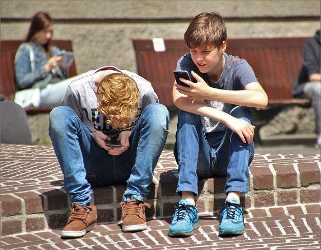 Francia prohíbe el uso de móviles en los colegios... hasta en el recreo. https://t.co/68gHWjjR03