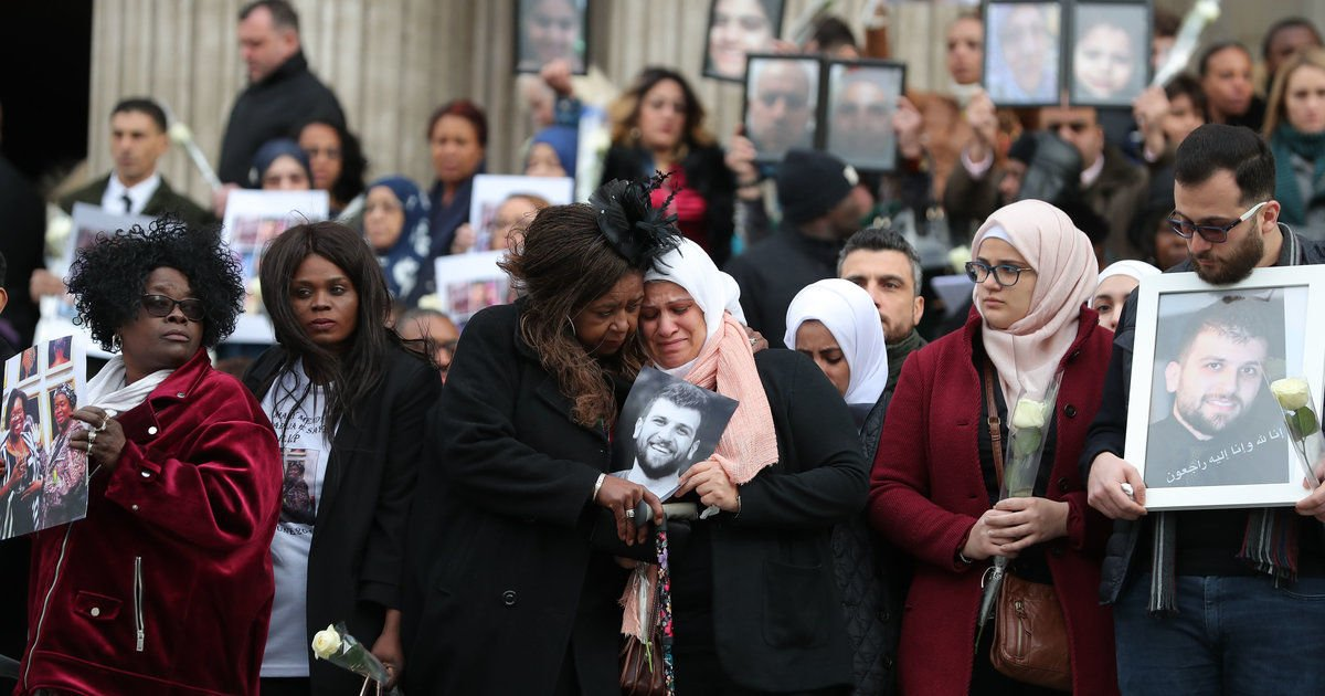 Grenfell memorial ends with families holding up pictures of lost loved ones outside St Paul's Cathedral https://t.co/KPvuEJM2Xp
