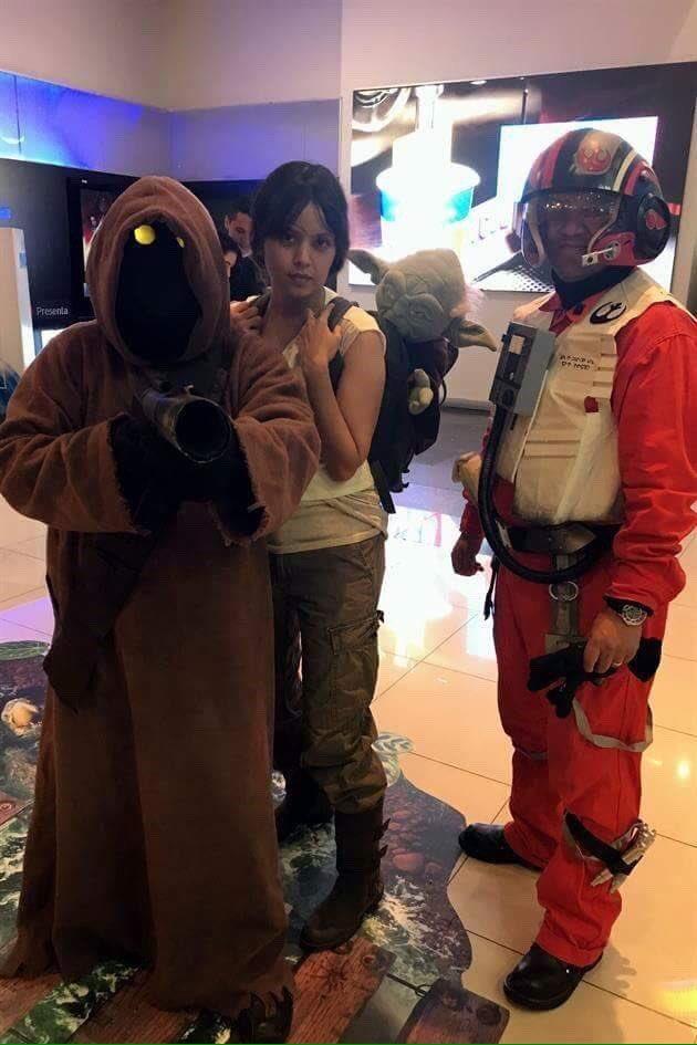 RT @lorena_niv: Así nuestra madrugada #StarWarsTheLasJedi #thelastjedi #cosplay #geek #fans cc @aerotino https://t.co/4euAPsae0F