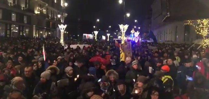 tłum pod Pałacem Prezydenckim 👏✌️ #Łańcu...