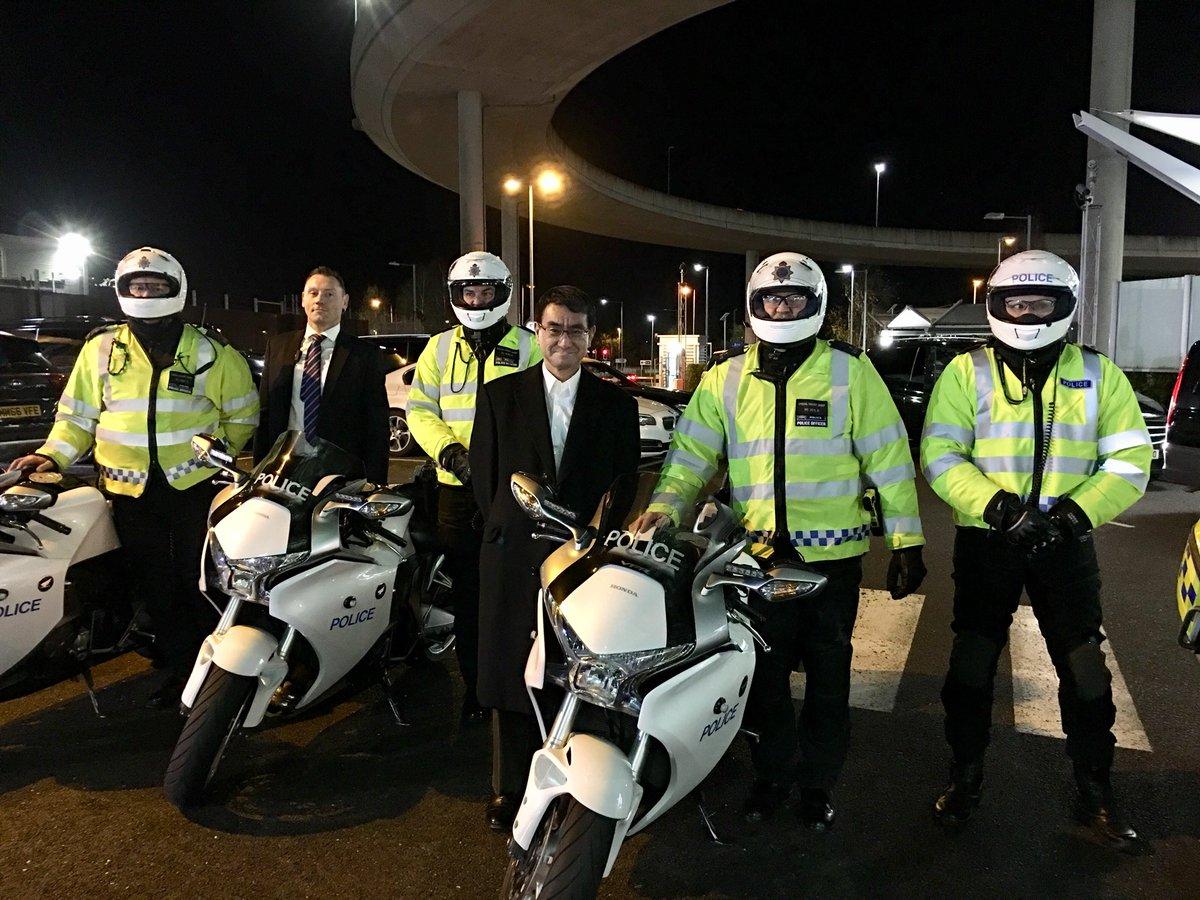 滞在中ずっと先導してくれたイギリスの警護車両、スペシャルエスコートグループ、SEGのメンバーと警備を担当してくれたオフィサーと記念写真。