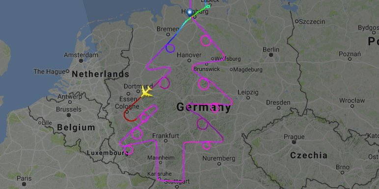 #airbus avec un #a380 dessine un sapin de Noël pendant un trajet de 5h au dessus de l'Europe @Airbus