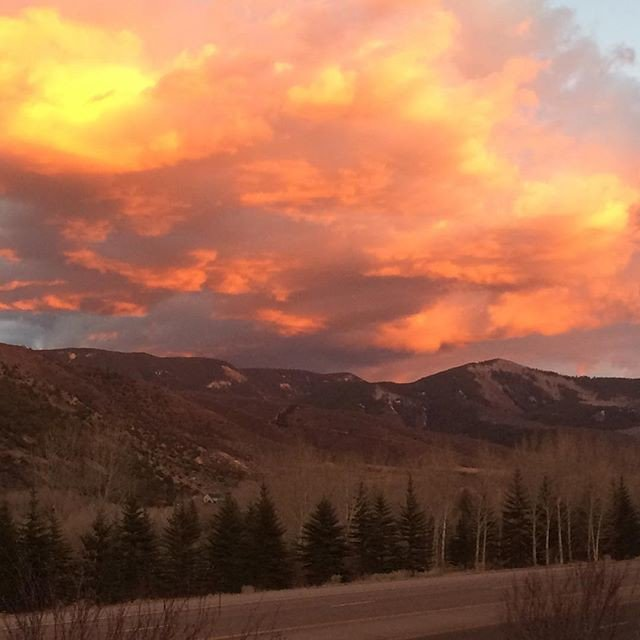Reposting @a7yearoldhippie: Thanksgiving sunset! - - - - - #amazing #adventure #beautiful #bestoftheday #colorado #fun #happy #instagrampic.twitter.com/piFJ939Ndi