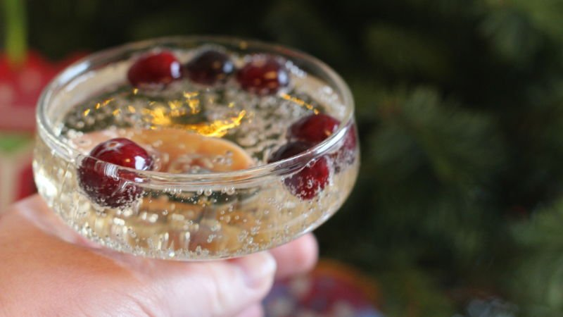 Chill festive beverages with frozen cranberries: https://t.co/XABROidsVT