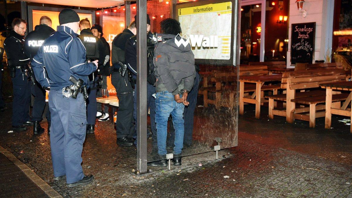 Zwei Verletzte nach #Messerstecherei: Vor einem Restaurant in der #WienerStraße in #Berlin-#Kreuzberg eskalierte eine Schlägerei. Ein Beteiligter zog ein Messer und stach um sich.  https://t.co/yfDK9xTPeo