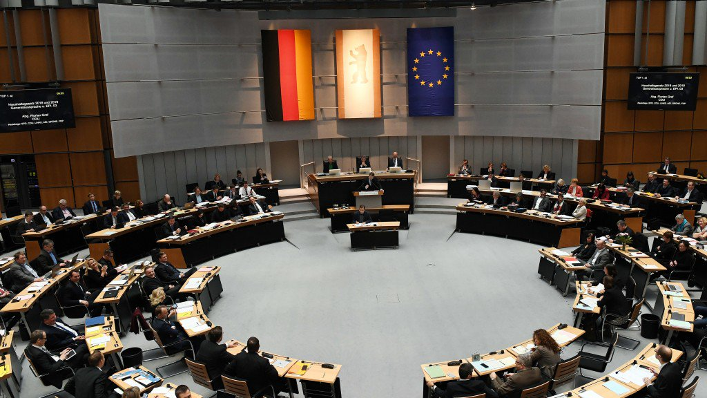 Nach 16-stündiger Sitzung zum #Doppelhaushalt steht fest, wofür #Berlin künftig Geld ausgibt. Rot-Rot-Grün jubelt, die Opposition zürnt. Wird nun alles besser in der Stadt? #R2G  https://t.co/eP44uFKKYO