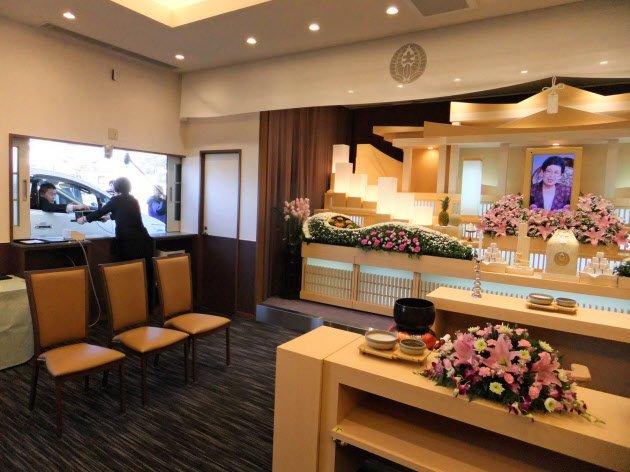車に乗ったまま葬儀に参列できるドライブスルー形式の葬儀場が、全国で初めて長野県上田市に完成しました。足腰が弱ったお年寄りでも焼香できるようにとの配慮です。 https://t.co/D4orP18Qyx