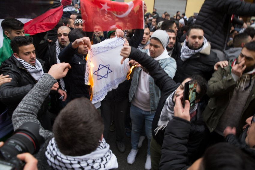 Antisemitismus: Israelischer Botschafter für Verbot von Flaggen-Verbrennungen https://t.co/lTRCdIMn9a
