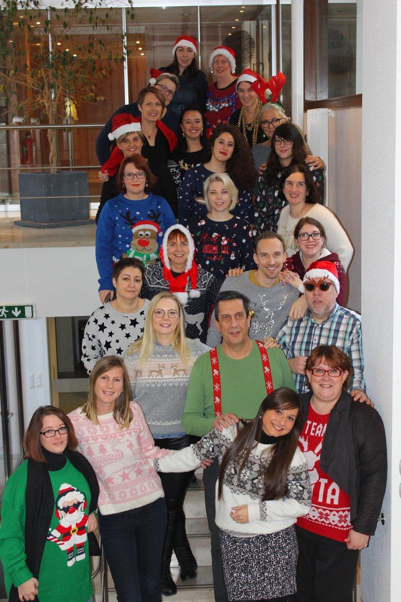 Joyeuse journée internationale du pull de Noël! Chez Knauf Belgique, on a sorti le grand jeu :) #JPDN17 #journeedupulldenoel https://t.co/ZalsB5oSsO