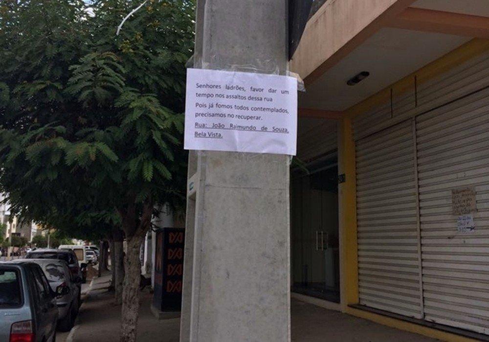 'Favor dar um tempo nos assaltos', diz placa colocada em poste por moradores https://t.co/nOvGybqlJw #G1