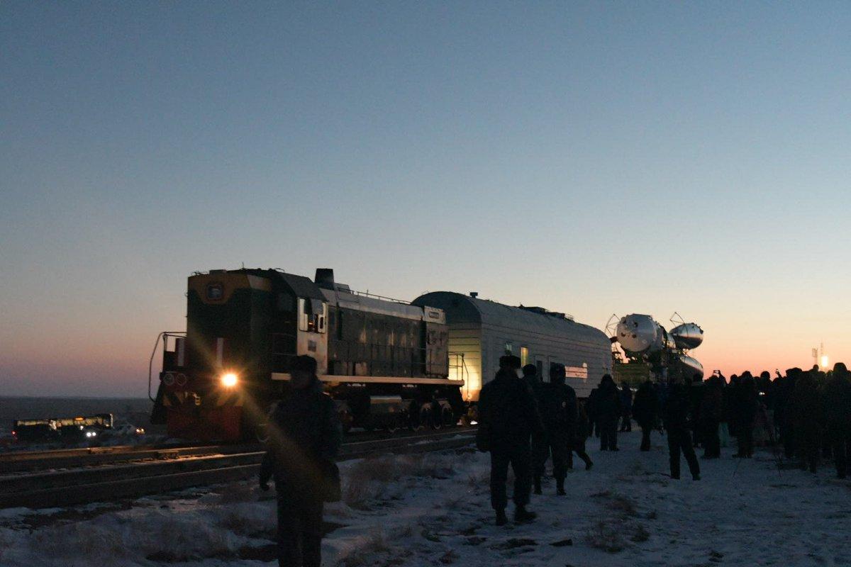 RT @hibikiw: 今朝は5時起きでソユーズの機体移動を見てきました。心配していたバッテリー関係は大丈夫だったけどビデオ雲台のフルイドが凍ってしまってパンやチルトするたびに筋力トレーニングする羽目に。 https://t.co/eFuWtoxdMs