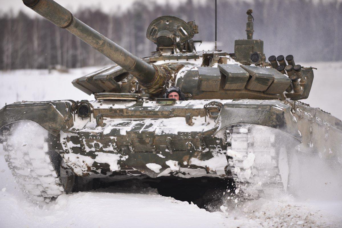 Механики-водители 1-го танкового полка 1-й ударной армии #ЗВО в зимнем учебном периоде учатся преодолевать глубокий снежный покров на своих танках Т-72Б3 на максимальных скоростях