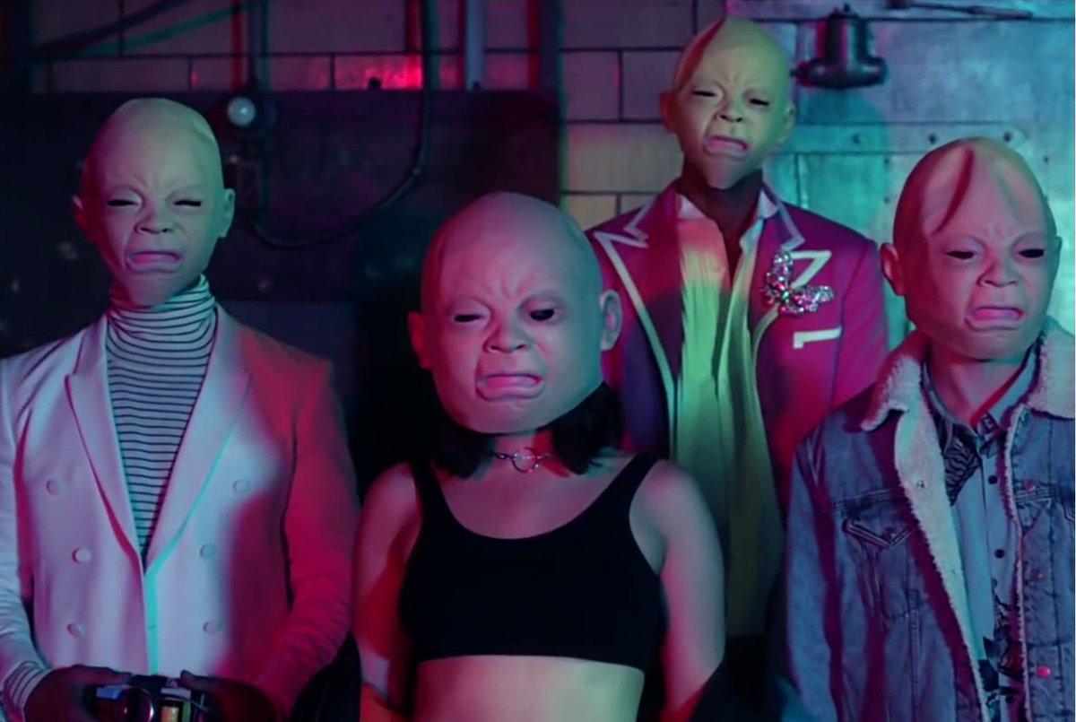Hände hoch, Überfall! 🔫💣💵 Im Video zu 'Dirty Sexy Money' rauben @davidguetta, Charli_XCX, @FrencHMonTanA und @afrojack einen Tresor aus: https://t.co/h3tnyo66OG
