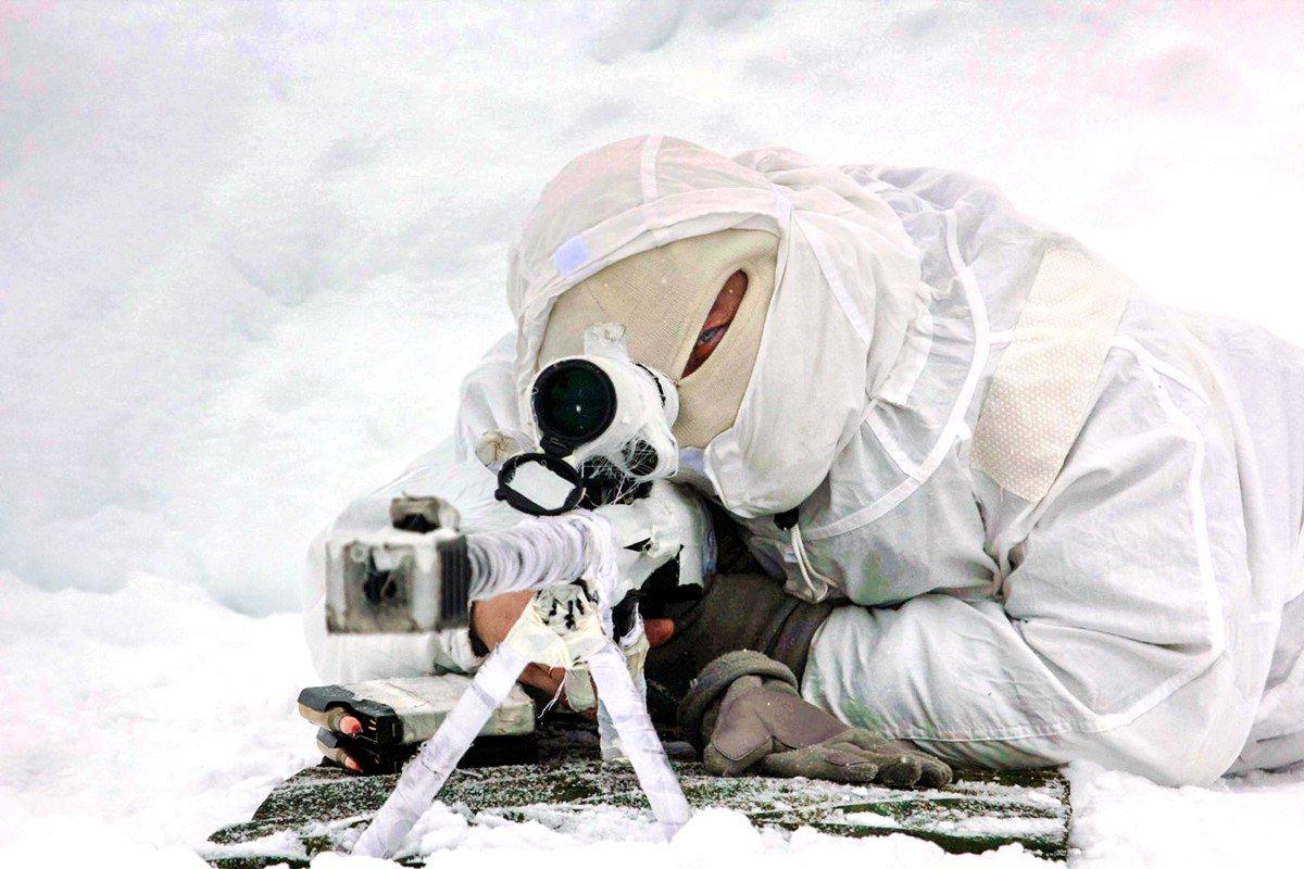Снайпер отдельной арктической мотострелковой бригады Северного флота ведет огонь из пятизарядного крупнокалиберного комплекса АСВК калибра 12,7 миллиметров