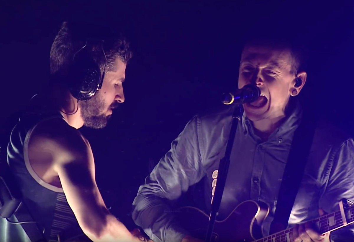 Vom neuen @linkinpark-Album 'One More Light Live' seht ihr das Video zu 'Sharp Edges' – mit @ChesterBe und @BradDelson in trauter Eintracht: https://t.co/QHuA3mDbEy