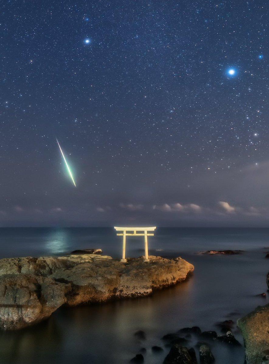 思わず拝みたくなるような光景に出会うことがあります。昨夜、ふたご座流星群の撮影中に見たこの海もその一つ。海面に光が反射するほどの明るい流れ星が、鳥居に向かうように流れていきました。自然に対する畏敬の念を抱かずにはいられません。(昨夜22時01分、茨城県にて撮影) pic.twitter.com/qRs87knvJS