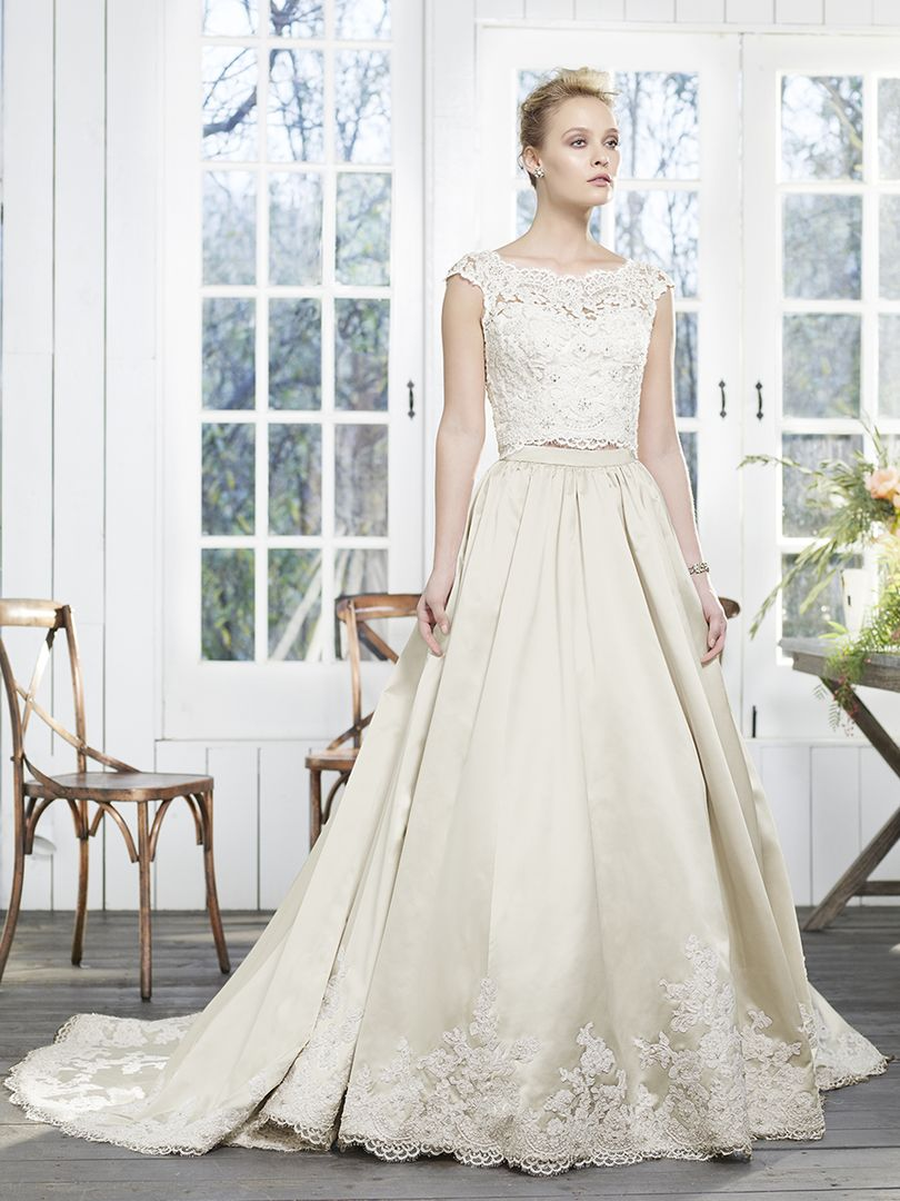 #Style2260 Peony is designed for the edgy #bride looking to take her guests by surprise with a soft and #chic statement. //  http:// ow.ly/ak0w30gXjJV  &nbsp;  <br>http://pic.twitter.com/FM6veMqHxV