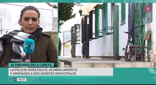 2 agentes de Policía Local de Badajoz fueron rodeados, insultados e incluso agredidos por varias personas en el barrio de la Luneta. Los agentes llegaron a tener que disparar al aire. Ahora la policía investiga unos hechos que los vecinos de la zona niegan. #EXN https://t.co/EgSOlfjFS3