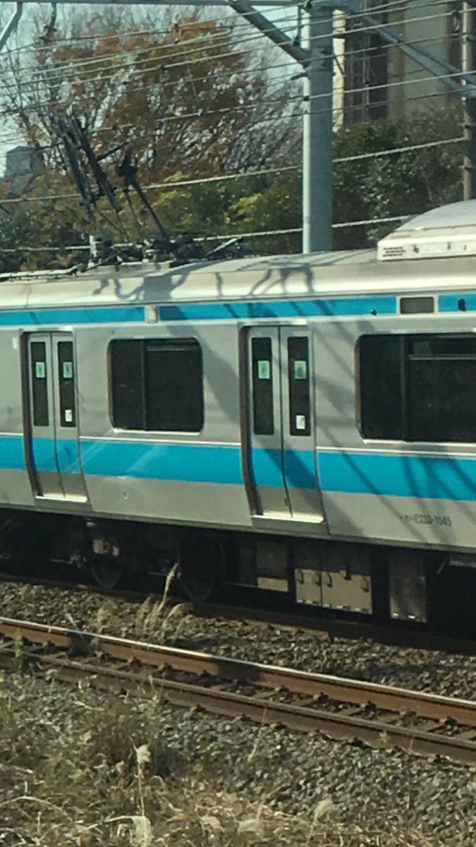RT @shirukuhime: リアルにヤバそう! バキバキに折れてるw #京浜東北線 https://t.co/HblD9iiMK5