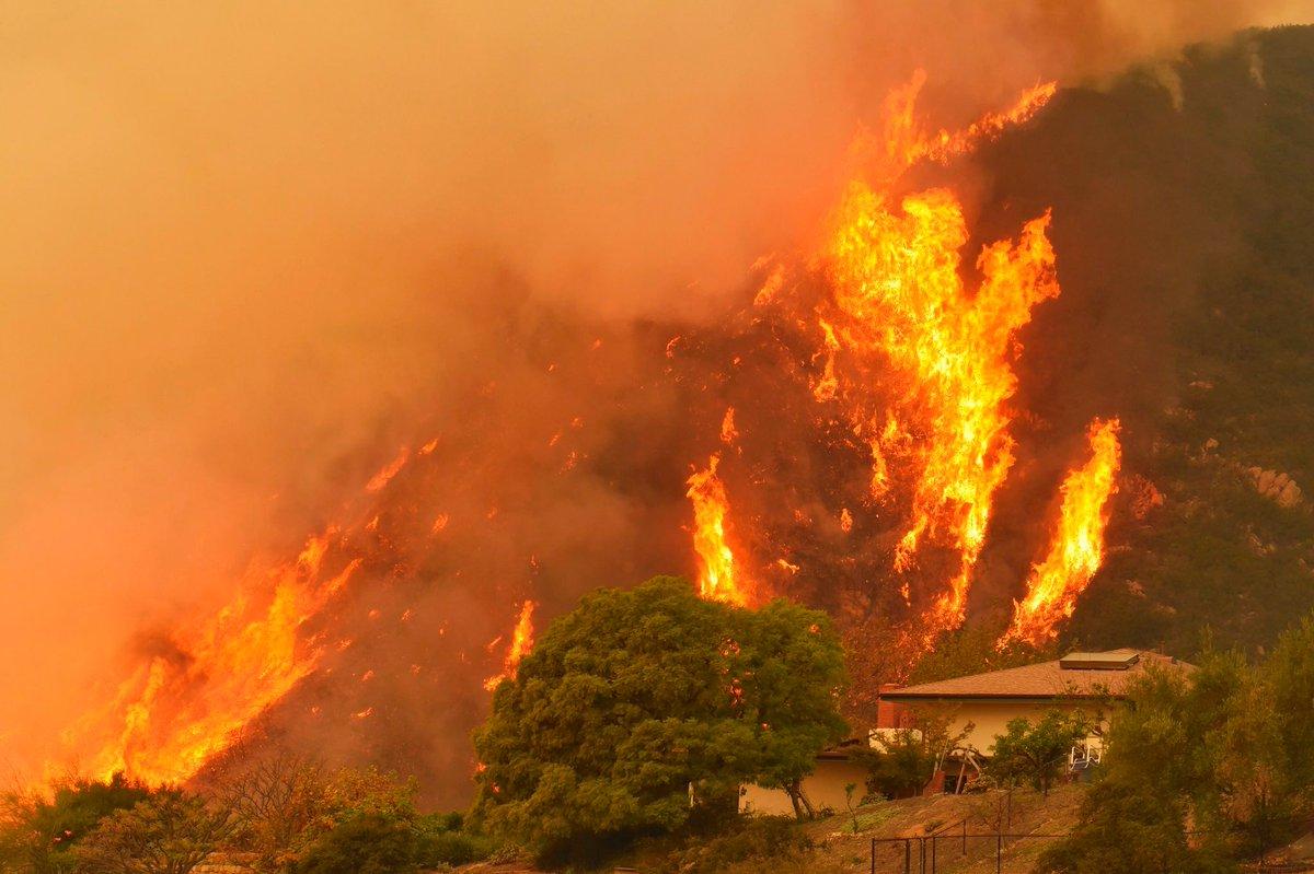#California, brucia ancora la zona a ovest di Los Angeles. Migliaia di case a rischio. L'incendio, soprannominato Thomas Fire, è il quarto più grande che ha mai colpito lo Stato → https://t.co/ANPgg35R9H