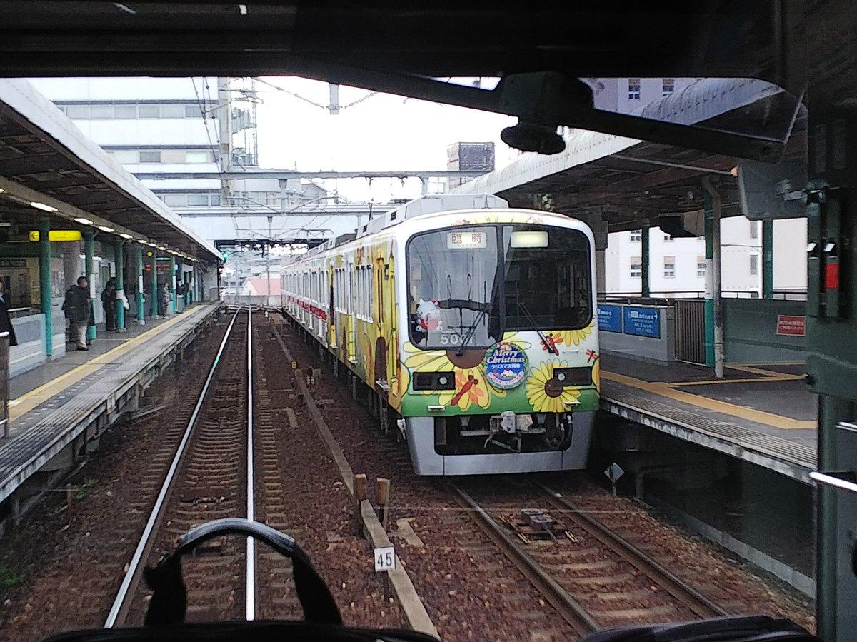 先程谷上駅で出会ったハッピートレインによるクリスマス列車 https://t.c...