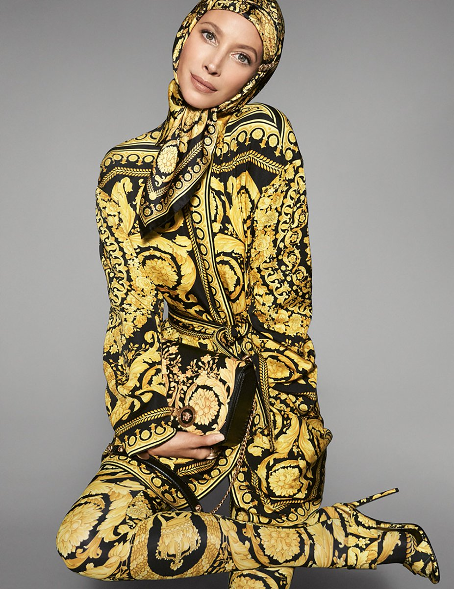 .@CTurlington wearing a #VersaceTribute Barocco print look on the #VersaceSS18 advertising campaign photographed by #StevenMeisel. #VFamily  https://t.co/3RxPsl4NwR