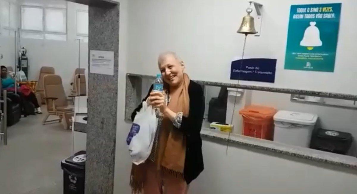 Após vencer câncer, mulher comemora cantando hino do Atlético #SantaCasa #BH #atlético #MG https://t.co/U4sXXY6kDy