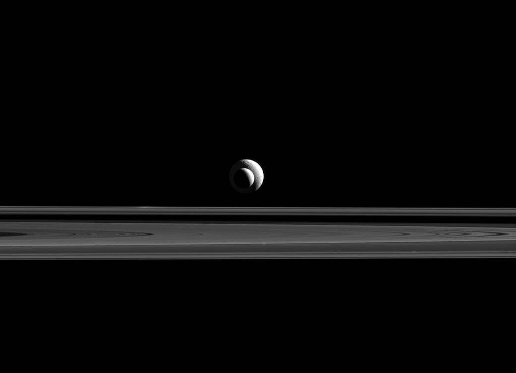 #Space: like a cosmic bull's-eye, #Enceladus &  lin#Tethyse up for Cassini's cameras  viahttps://t.co/3Y4EUlNsxQ @NASA