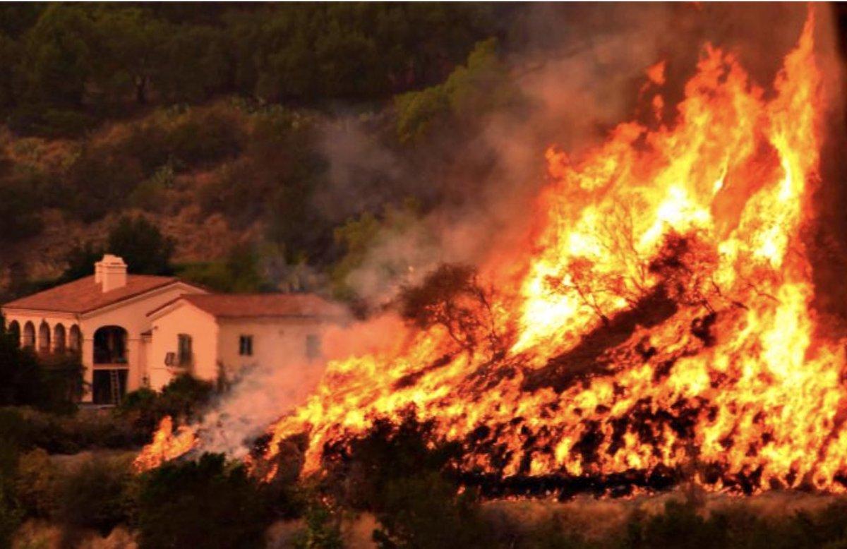 🇺🇸 En Californie le Thomas Fire qui brûle depuis 12 jours continue attisé par des vents violents et oblige 12 000 personnes à évacuer ce samedi (CNN) https://t.co/winr7ysp6m