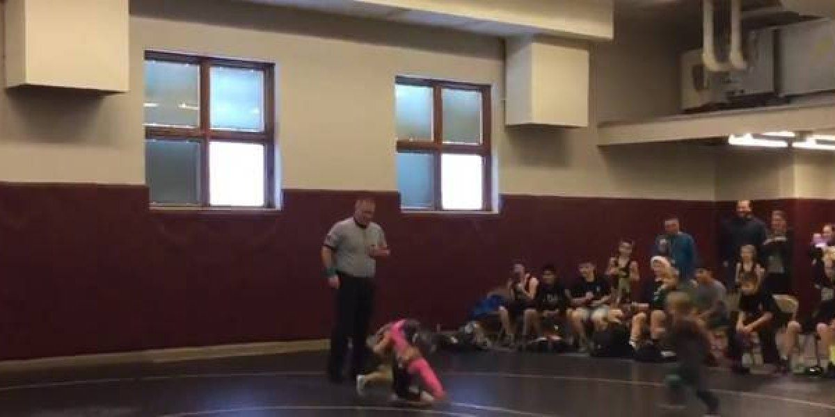 Menino de 2 anos invade luta para defender a irmã que estava perdendo em uma escola nos Estados Unidos.